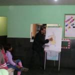 Aula de desenho para as crianças da Escola Municipal Pedro Torres Leite, em Santa Rita, julho de 2011. Depois o desenhista fez uma parede no colégio que foi colorida com a ajuda das crianças