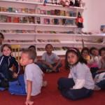 Crianças na biblioteca do Centro Educacional Santa Terezinha depois da reestruturação. Vale do Cuiabá, maio de 2011