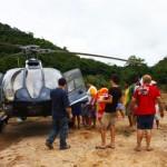 Ajuda imediata: com helicóptero concedido ao Move Rio conseguimos levar alimentos e água a lugares bloqueados pelos deslisamentos, em 16 de janeiro de 2011