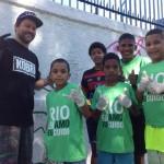 Grafiteiro Toz e crianças na ação Beleza Que Educa em Guadalupe maio2014