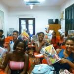 Alunos com os kits escolares. 27 de fevereiro de 2012
