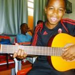 Jovem animado com o violão novo!