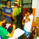 Os aprendizes de violinista na aula de música