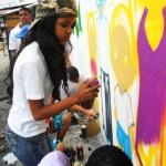 Alunos do Vida Real são convidados a grafitar no muro da entrada no Museu da Maré