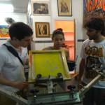 Membros do Move Rio aprendendo a técnica da serigrafia com uma aluna do Instituto, junho de 2011