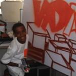 Jovem aluno do Vida Real tendo aula de grafite
