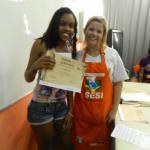 Aluna do Instituto com o certificado do curso de culinária, 15 de junho de 2012