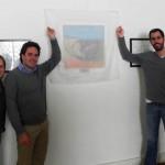 Colaboradores do Move Rio com a diretora do Cantinho Feliz, inauguram, em agosto de 2011, o quadro doado a creche, comprado por eles no leilão beneficente promovido pelo Move Rio em 2010.