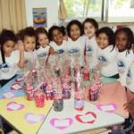 Dia das Mães: as meninas com os presentes feitos para as mães, maio de 2011