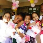 As meninas mostrando suas bonecas novas, 11 de outubro de 2011