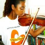 A jovem tocando o violino novo