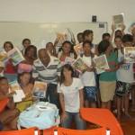 Membros do Move Rio com o Tião e os jovens do Vida Real com seus kits