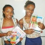 Meninas segurando seus kits recém adquiridos!