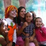 No fim do teatro as meninas queriam fotos com a Emília e a Narizinho