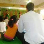 Rodolfo, colaborador do Move Rio, esteve presente e assistiu ao teatro junto com as crianças