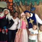 A coordenadora com os personagens e crianças do Cantinho