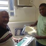 Tião e o psicólogo Esley recebendo as doações.