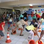 Crianças e pais interagindo durante a gincana.